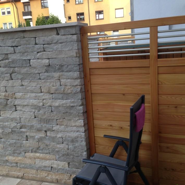 Sichtschutz kombiniert aus Holz und Stein